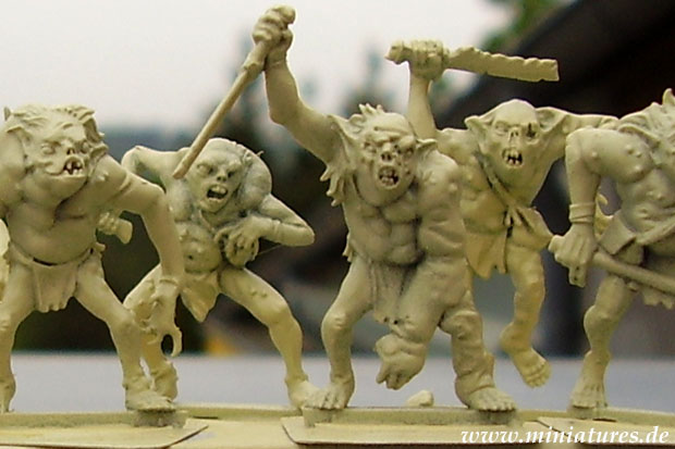 Mit Dupli-Color Deco Matt Acryl »Elfenbein« grundierte 28 mm Goblins von Games Workshop